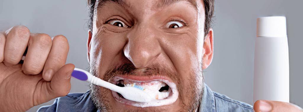 A força excessiva aplicada sobre eles apenas serve para desgastar o esmalte dos dentes