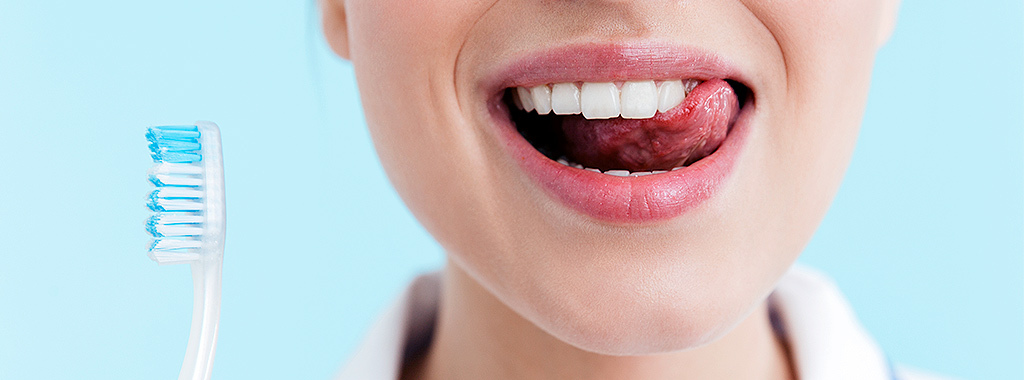 Higiene bucal também inclui a língua! Confira 5 formas de cuidar da sua